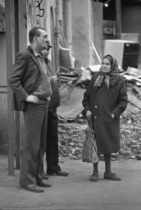 Уличная сцена. СССР, Москва, 1980-е годы.