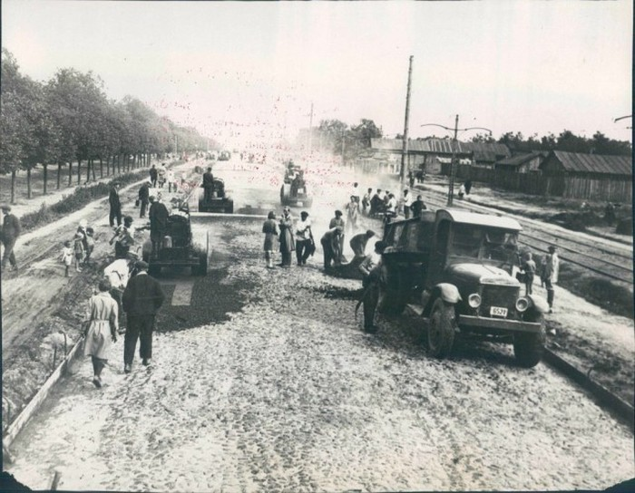 Укладка асфальта на Ленинградском шоссе в Москве в 1931 году.