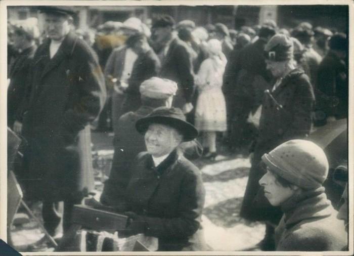 Продажа семейных реликвий на московском рынке в 1920-е годы.