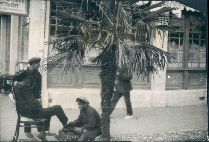 Чистильщик обуви в Батуми в 1928 году.