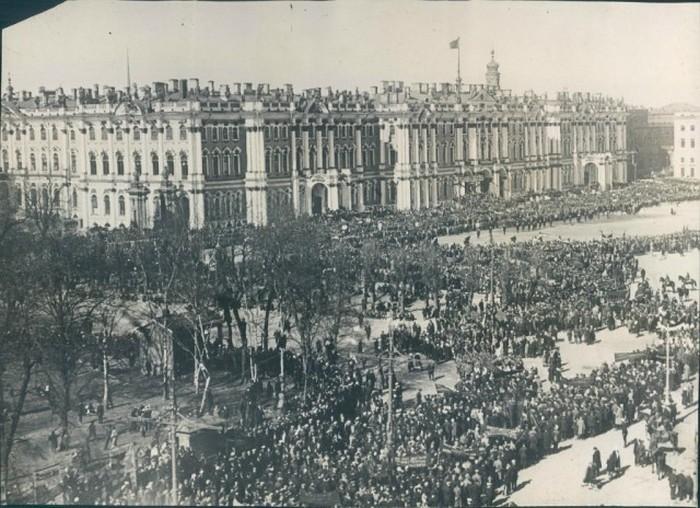 Празднование 11-й годовщины революции на площади Урицкого в Ленинграде.