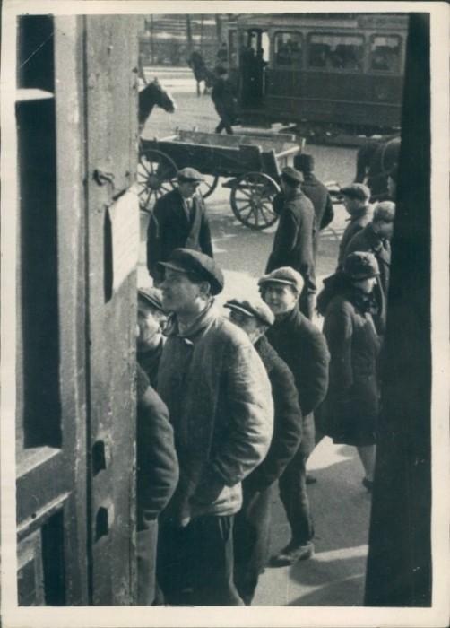 Прохожие читают объявление. СССР, Ленинград, 1929 год.
