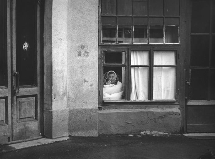 Бабушка, которая наблюдает и все про всех знает. СССР, Москва, 1960-е годы.