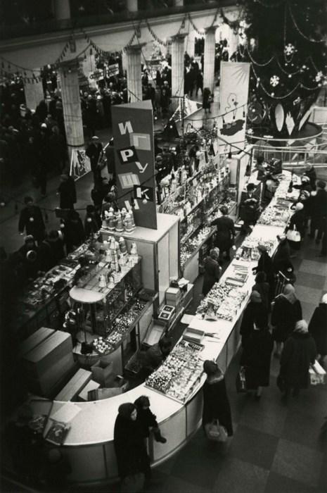 В торговом зале «Детского мира» накануне Нового года. СССР, Москва, 1960-е годы. Автор фотографии: Борис Ярославцев.
