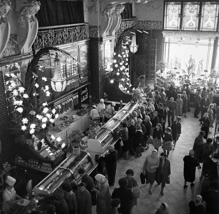 В зале Елисеевского гастронома. СССР, Ленинград, 1966 год. Автор фотографии: Всеволод Тарасевич.