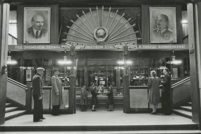 В Центральном универмаге. СССР, Москва, 1946 год. Автор фотографии: Аркадий Шайхет.