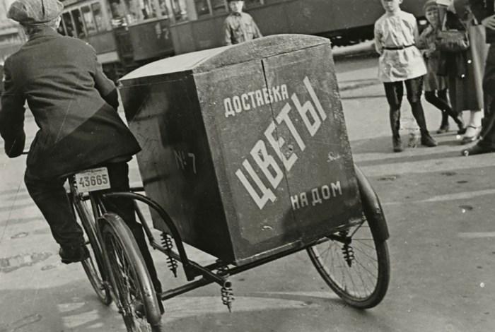 Доставка цветов на дом. СССР, Москва, 1934 год. Автор фотографии: Борис Игнатович.