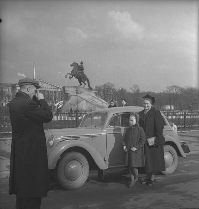 «Москвич» на фоне Медного всадника. СССР, Ленинград, 1950-е годы. Автор фотографии: Евгений Халдей.