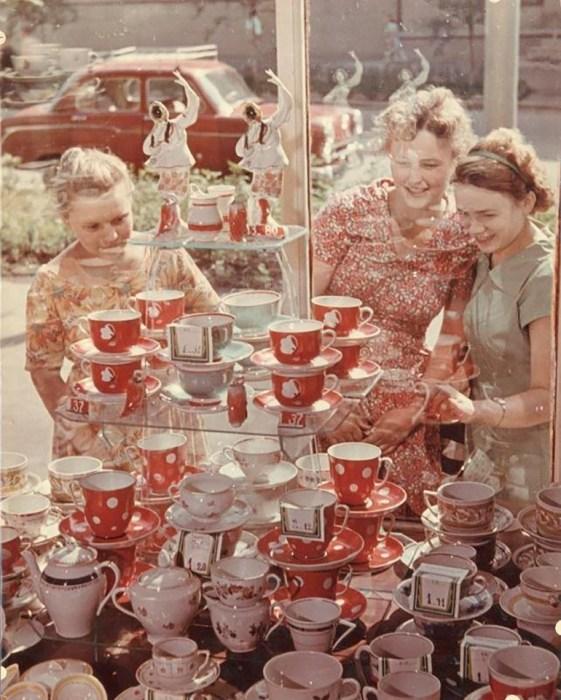 Перед витриной. СССР, 1954 год. Автор фотографии: Роберт Диамент.
