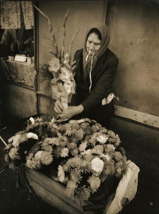Уличная торговля цветами. СССР, 1980-е годы. Автор фотографии: Станислав Яворский.