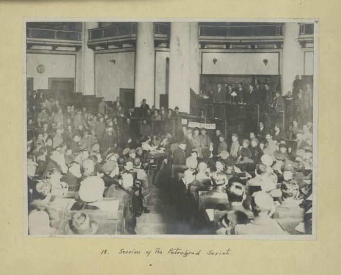 Заседание Петроградского совета рабочих и солдатских депутатов .