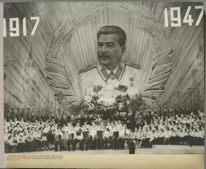 Дети в Большом театре на праздновании 30-летия большевистской революции.