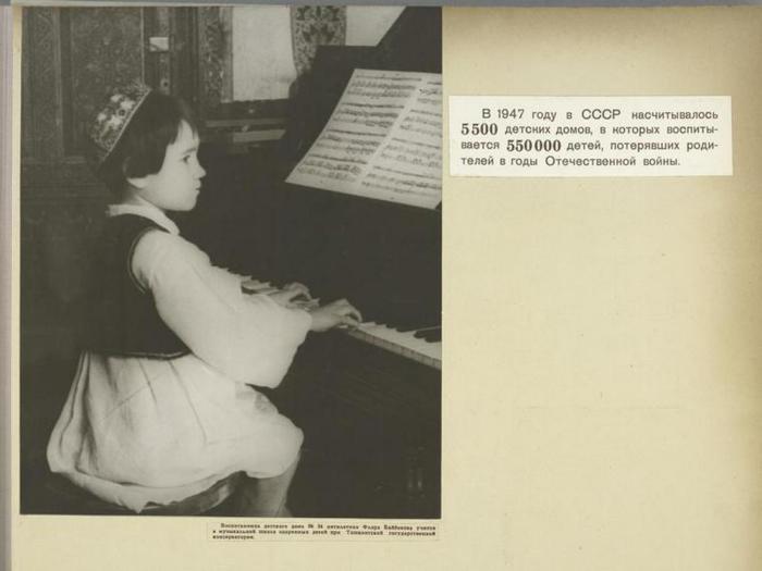 Девочка играет на фортепиано в Ташкентской государственной консерватории.