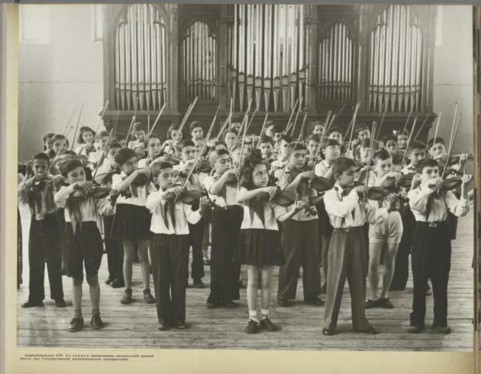 Учащиеся средней школы в Азербайджанской государственной консерватории.