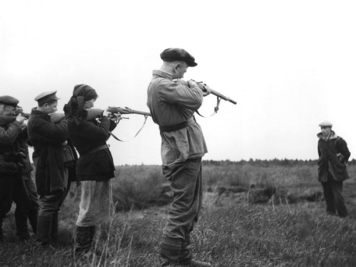 Расстрел предателя в освобожденной партизанами деревне.