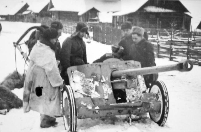 Немецкая противотанковая пушка, захваченная партизанами 6-й Ленинградской партизанской бригады в бою у деревни Островно.