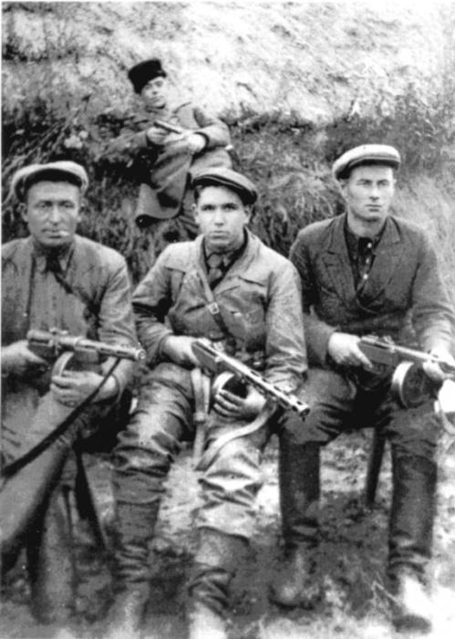 Групповой снимок бойцов диверсионной группы М.Н. Аминева.