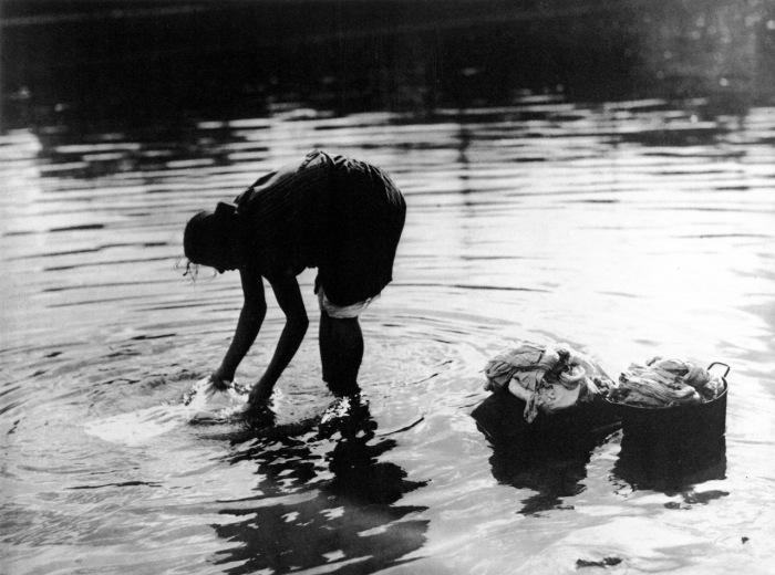 Прачка на Москва-реке. Россия, Москва, 1920-е годы.