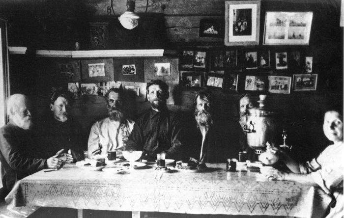 Михаил Иванович Калинин с односельчанами, 1920-е годы.