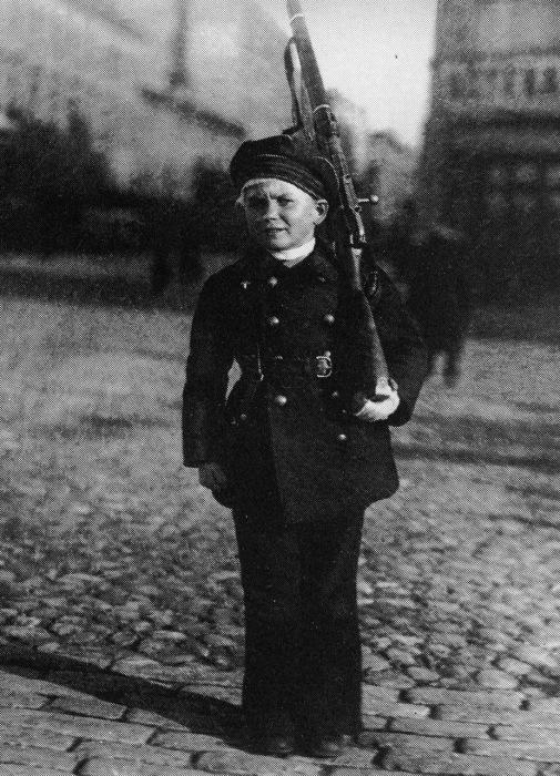 Юный красноармеец и защитник Петрограда в 1919 году.