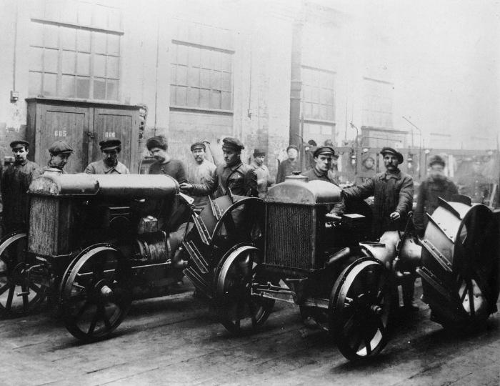 Первые тракторы, которые были изготовлены на заводе Красный путиловец в 1925 году.