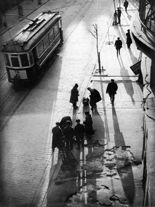 Очередь на трамвайной остановке, 1930-е годы.