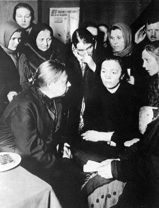 Крупская Надежда Константиновна с работницами из района Замоскворечье, 1928 год.