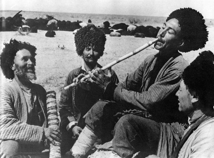 Музыканты в пустыне Каракумы, 1928 год.