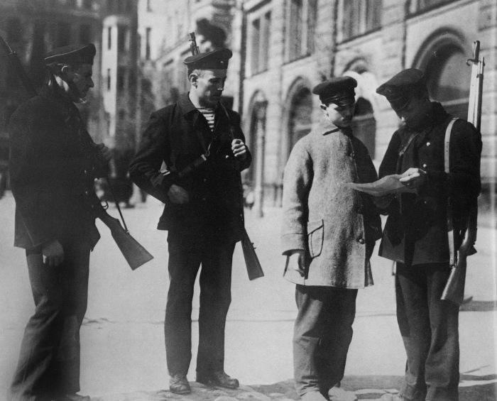 Военный патруль у входа в Смольный, 1917 год.