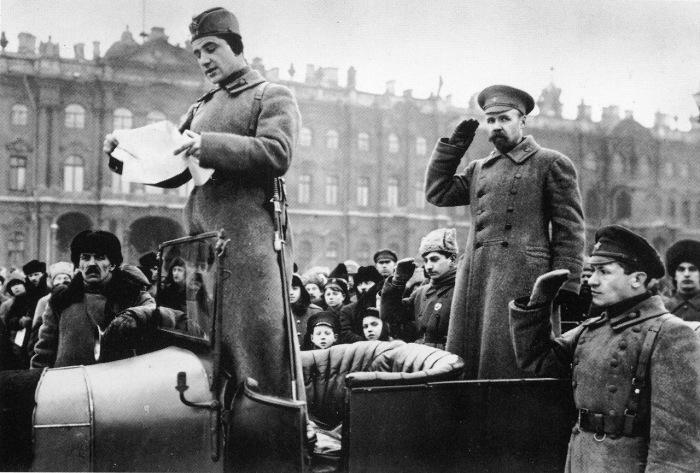 Зачитывание списка выпускников курсов будущих командиров Красной Армии. Петроград, 1919 год.