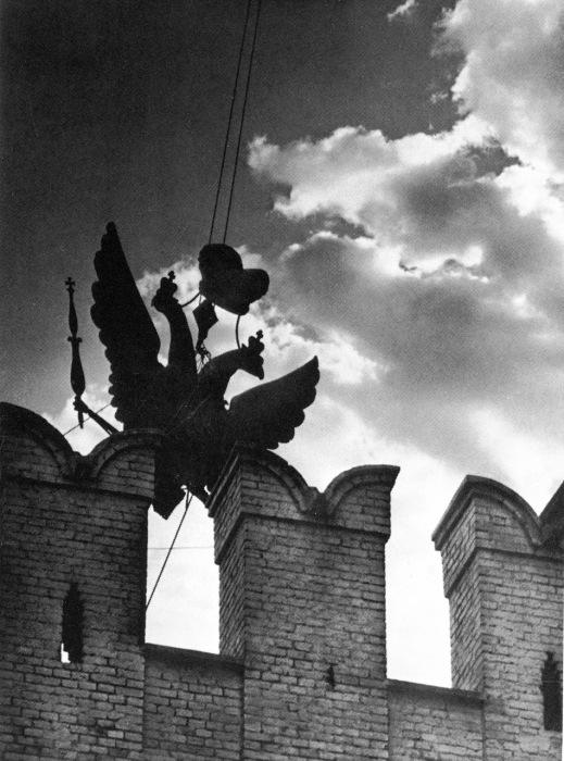 Снятие орлов и установка звезды на башне Кремля в 1935 году.