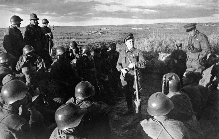 Маршал Жуков подбадривает солдат перед боем с японцами на Халхин-Голе в 1939 году.
