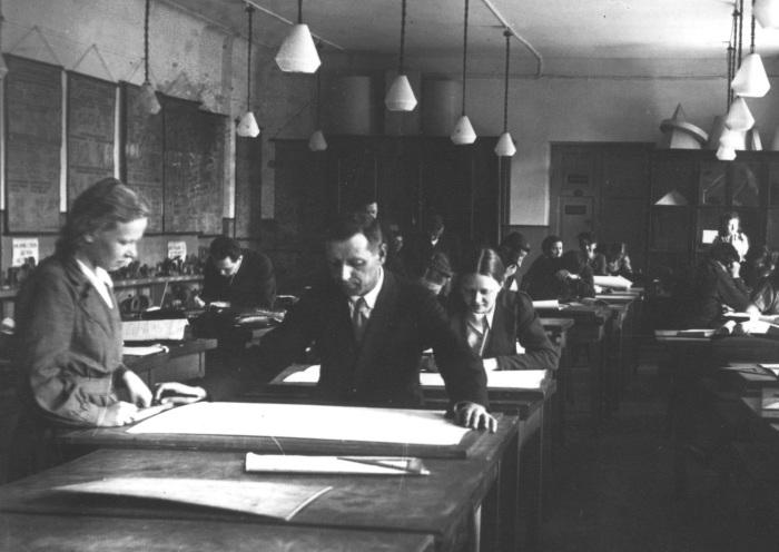 Студенты на занятиях по черчению, 1934 год.