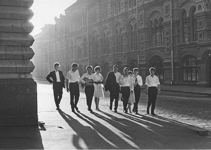 Выпускники у ГУМа. СССР, 1964 год. Автор фотографии: Ахломов Виктор Васильевич.