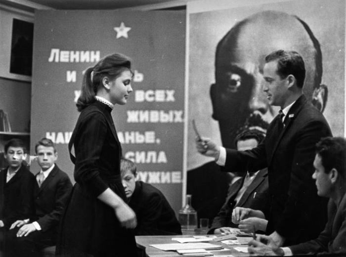 Торжественный приём в комсомол. СССР, 1969 год. Автор фотографии: Тарасевич Всеволод Сергеевич.