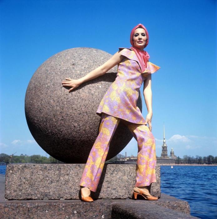 Демонстрация брючного костюма с ярким шарфом. СССР, 1970 год.