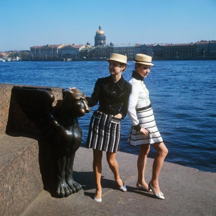 Показ молодежных комплектов со шляпой-канотье. СССР, 1970 год.