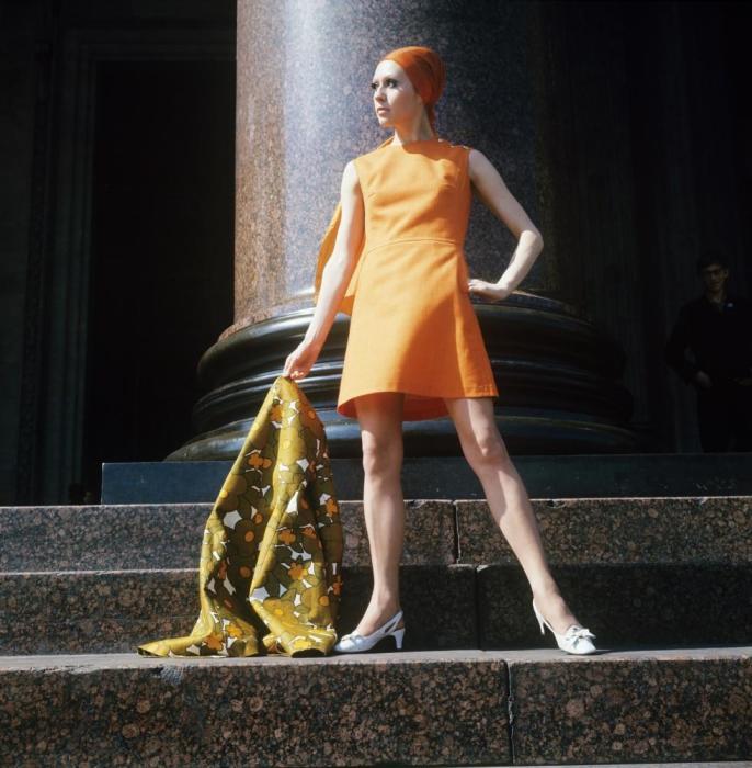 Демонстрация оранжевого платья с льняным шарфом. СССР, 1970 год.