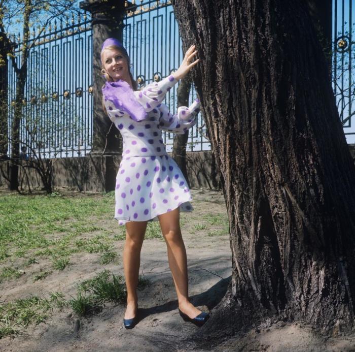 Демонстрация легкого платья из капрона с модным рисунком. СССР, 1970 год.