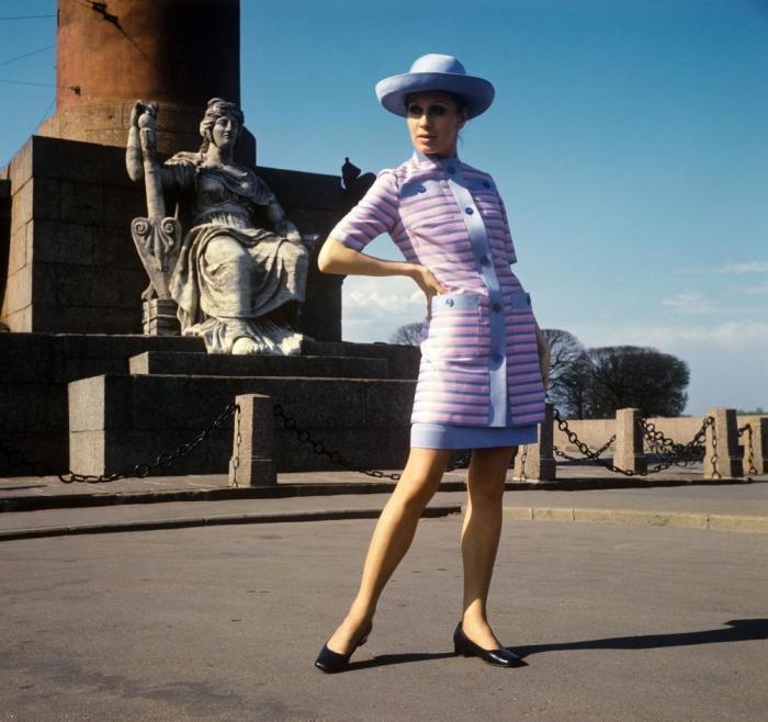 Демонстрация летнего платья и удлиненного жакета из шелка. СССР, 1970 год.