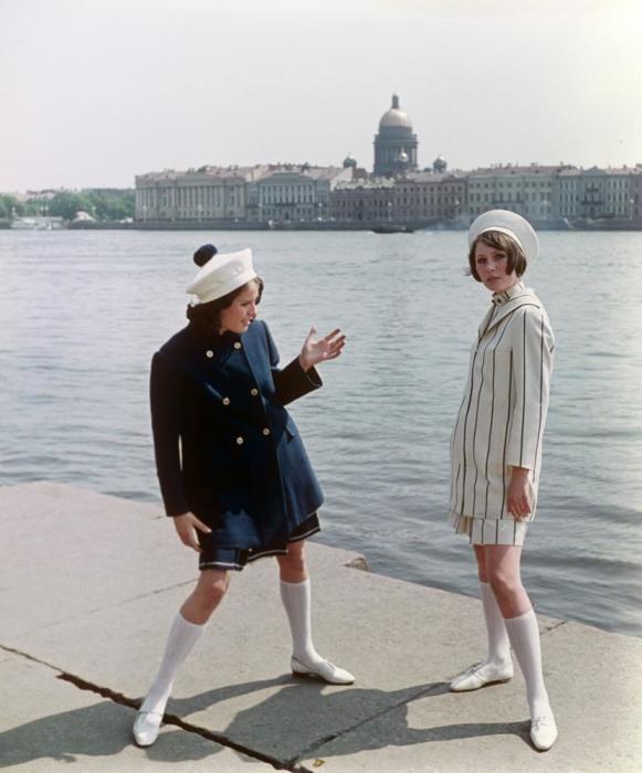 Показ укороченных пальто в комплекте с платьем и костюмом. СССР, 1968 год.