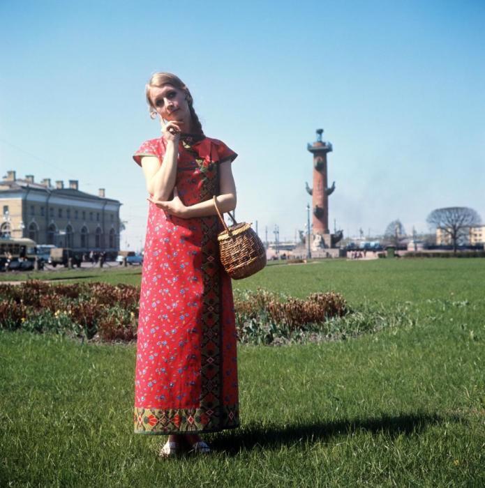Показ сарафана из яркого ситца в русском стиле. СССР, 1970 год.