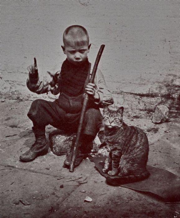 Мальчик рассказывает кошке о своих планах.