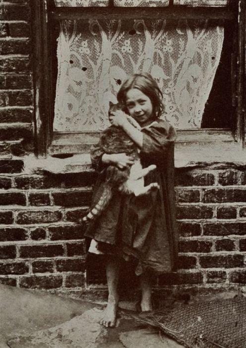 Девочка обнимает своего маленького пушистого друга.