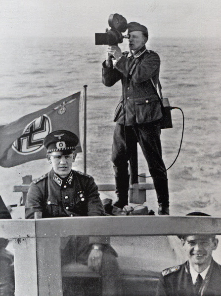 Немецкий военный корреспондент на катере.