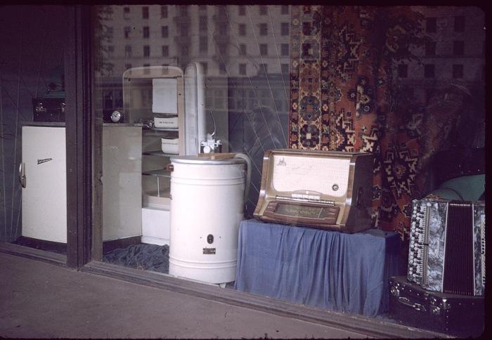 Витрина магазина бытовой техники. СССР, Харьков, 1959 год.