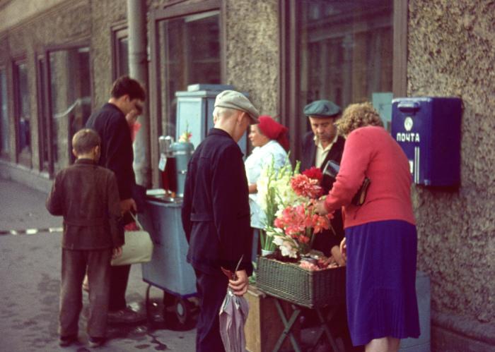 Продажа газированной воды и цветов на Невский проспекте.