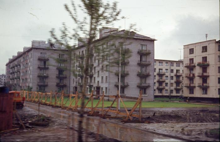 Советские типовые панельные и кирпичные жилые дома.
