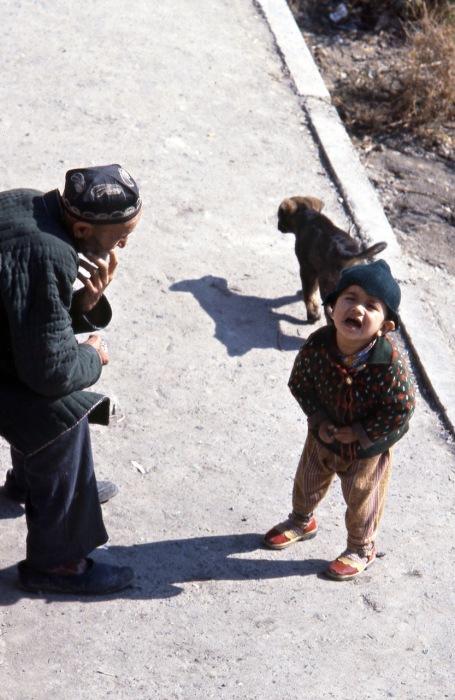 Плачущий ребенок. СССР, Узбекистан, Бухара, 1984 год.