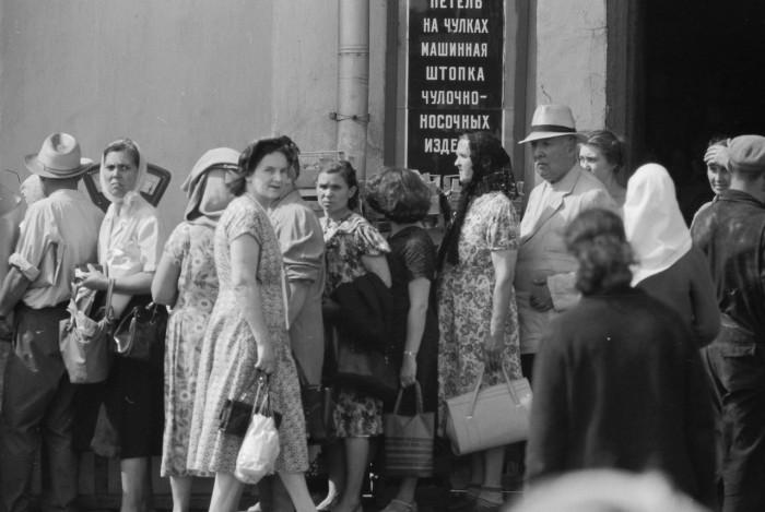 Очередь за фруктами на Сокольнической площади. СССР, Москва, 1961 год.
